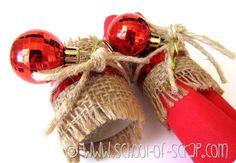 Qui i preparativi per il Natale non si fermano mai, devo pensare anche alle decorazioni per la tavola!  Ieri mi sono dedicata ai portatovaglioli natalizi, ricch