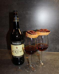 Ossenhaas op een tomatenstokbroodje met truffel-yogonaise en gerookt zeezout ... heerlijk bij een glas Oloroso Seco.