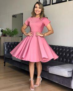 A imagem pode conter: 1 pessoa, em pé e sapatos in 2020 Cute Dresses, Beautiful Dresses, Cute Outfits, Prom Dresses, Formal Dresses, African Fashion Dresses, Fashion Outfits, Womens Fashion, Frocks