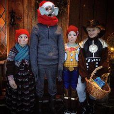 Kvar kjem de frå, då? - Frå Nordpolen. #jolabukkar #melsdagane #song #tjukkebygdi #øvretjukkebygdi #jul #jol #christmas #tradisjon #julebukk #tradition #korg #ettermiddag #mørkt #hugsrefleks!