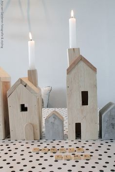 Zwart, wit & hout: Bij ons op tafel... Soory my Dutch is almost none exsistant so apart from these being on somones table I can't translate the rest. But it doesn' matter as they still look great without it, Little mixed media Houses in wood & concrete. I like the stuck together look they have, if you look closely you can see these have been air nailed (brad nailed) together. Sigh, wish I had one ;)