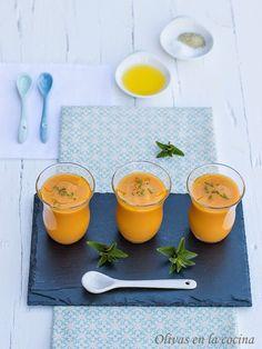 Un gazpacho diferente y muy rico, ideal para tomar como aperitivo o entrante. Gazpacho, Finger Foods, Plastic Cutting Board, Cantaloupe, Alcoholic Drinks, Food And Drink, Healthy Recipes, Dinner, Fruit