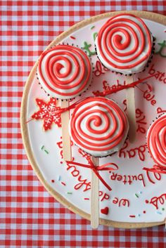 Peppermint Lollipop Cupcakes with chocolate muffin recipe. (Could use oreo cookies dipped in white chocolate and decorated) Edible Christmas Gifts, Edible Gifts, Christmas Goodies, Homemade Christmas, Christmas Stocking, Christmas Desserts, Holiday Treats, Christmas Treats, Christmas Baking