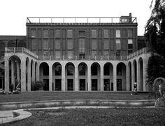 Vista del fronte verso il parco Sempione del Palazzo dell'Arte (1932-1933) di Giovanni Muzio (foto di Alessandro Sartori).