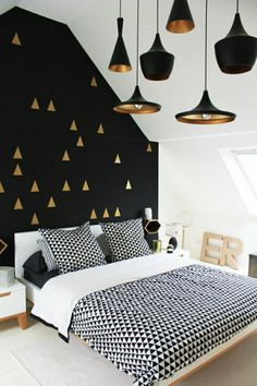 Papier peint géométrique noir avec triangles dorés