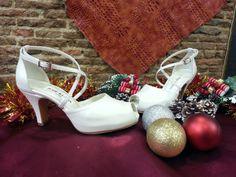 Bonitos zapatos de novia en blanco roto cruzado de empeine y abierto de punta, perfectos para bodas de primavera-verano.