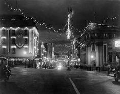 La rue Wellington décorée pour le centenaire de la ville    Date:   1937