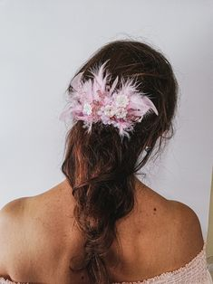#Pinkhaircomb #featherhaircomb #flowerhairpiece #greatgatsby #flapperheadpiece #Promhaircomb #featherhairpiece #weddinghairaccessories #Vintagehaircomb #FormalHaircomb #bridalhaircomb #haircomb ❤ I T E M D E T A I L S on the photo The length of the hair accessories in the photo is 30 cm. - #2 color wire (silver) - white flowers - matt pink beads - clear pink beads - dark pink opal Feather Hair Pieces, Flower Hair Pieces, Flowers In Hair, White Flowers, Bohemian Headpiece, Flapper Headpiece, Formal Hairstyles, Vintage Hairstyles, Vintage Hair Combs