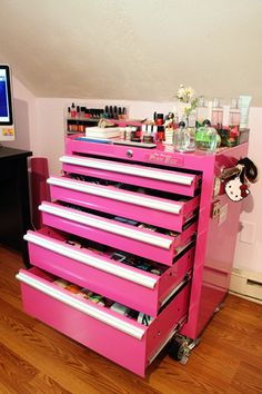 OKAY OKAY.... a tool box turned pink makeup vanity. Oh yes PLEASE! Adding this to the to-do list...