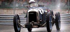 La Amilcar C O, photo d'époque, ce véhicule ancien de course fut fabriqué en 1927, cette Amilcar GP a une forme de carrosserie biplace GP, un moteur 6 cylindres de 1 100 cm3 qui développe 83 ch pour une vitesse de pointe de 200 km/h.