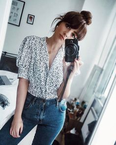 This vintage blouse makes me pretty happy (miserable face to represent this) 🍋 Mom Jeans Outfit, Blouse Outfit, Cute Comfy Outfits, Casual Outfits, Fashion Outfits, Estilo Hippy, Vintage Outfits, Vintage Fashion, Moda Vintage