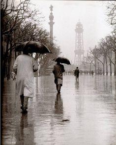 Català-Roca pluja Barcelona City, Barcelona Catalonia, Roca Barcelona, Black White Photos, Black And White Photography, Vintage Photography, Street Photography, Walking In The Rain, Rainy Days