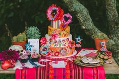 Amazing painted cake by Nevie Pie Cakes. Day of the Dead styled wedding shoot by Mr & Mrs Unique. Photography: We Heart Pictures #mexican #wedding