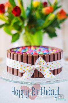 Happy Birthday Sohnemann! Ich musste sie noch schnell fotografieren, bevor sie als Überraschungstorte angeschnitten wird, daher gibt es nur ein Foto von der kompletten Torte! Aber ich verspreche euch, dass diese KitKat-Torte auch von innen himmlisch gut ist.Denn hinter den KitKat sowie auch unter den Smarties versteckt sich ein locker luftiger …