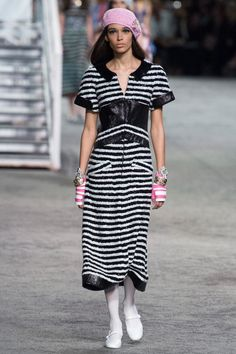 Find tips and tricks, amazing ideas for Chanel resort. Discover and try out new things about Chanel resort site Chanel Resort, Chanel Cruise, Haute Couture Style, Catwalk Fashion, High Fashion, Womens Fashion, Dress Chanel, Chanel Vestidos, Chanel Style Jacket