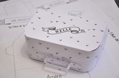 DIY paper mini suitcase with free printable template from L'Art de la Curiosité. Kraft cardboard works nice aswell.