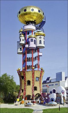 HUNDERTWASSER : The Hundertwasser Turm in Abensberg, close to Regensburg, is one of the world's last architectural projects Friedensreich Hundertwasser (1928 - 2000). - Tour Kuchlbauer - Bâtiment conçu par Friedensreich Hundertwasser - Abensberg - Allemagne