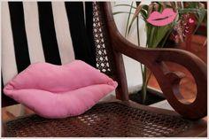 ¡Seguro que esta manualidad les va a encantar a todas las chicas! Sin duda pueden divertirse mucho haciendo sus propios almohadones y más si tienen formas novedosas y graciosas, como este almohadón de labios. Almohadones de labios rojos, almohadones de labios rosa y almohadones con los colores d