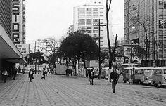 Inaugurada em 8 de dezembro de 1891, a Avenida Paulista. A foto, tirada em 1979, mostra a calçada do Conjunto Nacional, com a placa do Cine Astor à esquerda.