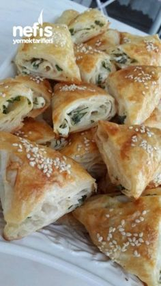 Lokmalık Çıtır Üçgen Börek – Vegan yemek tarifleri – Las recetas más prácticas y fáciles Yummy Recipes, Dessert Recipes, Yummy Food, Pastry Recipes, Food Platters, Arabic Food, Turkish Recipes, Meatloaf Recipes, Vegan Baking