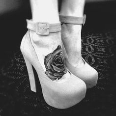 Cool rose tatoo on foot. Girly Tattoos, Rose Tattoos Tumblr, 1000 Tattoos, Pretty Tattoos, Foot Tattoos, Beautiful Tattoos, Body Art Tattoos, Tatoos, 1 Tattoo