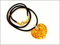 """""""Palmyre"""" Un coeur ivoire incrusté d'une myriade de cristaux d'Aventurina scintillants, pour ce pendentif aux reflets cuivrés irisés."""