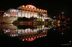 """Palacio de la Música de Valencia en el antiguo cauce del río Turia. Plácido Domingo tras su primer concierto en dicho auditorio expresó: """"El Palau es un Stradivarius""""."""