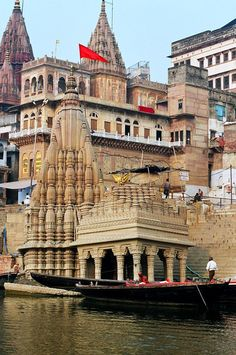 Sinking Temple, a photo from Uttar Pradesh, North Varanasi, India Varanasi, Temple Architecture, Indian Architecture, Nova Deli, Beautiful World, Beautiful Places, Beau Site, Amazing India, Hindu Temple
