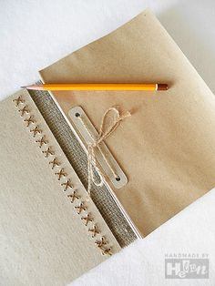 Very chic - Handmade notebook // diy libreta Handmade Notebook, Diy Notebook, Handmade Journals, Handmade Books, Book Crafts, Paper Crafts, Book Projects, Book Journal, Bullet Journal