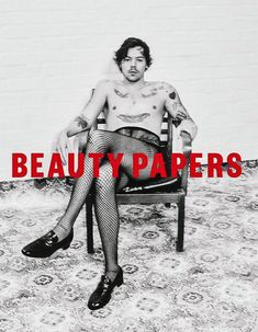 Defying gender norms once more, Harry Styles dons fishnets on the cover of a beauty magazine Harry Edward Styles, Harry Styles Poster, Foto Fashion, Star Fashion, Harry Styles Photoshoot, Alas Marcus Piggott, Gucci, Harry Styles Wallpaper, Vogue