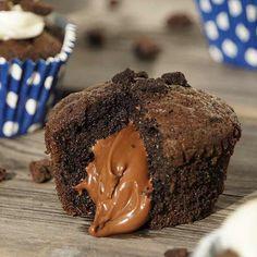 Ingrédients nécessaires 200 gr de chocolat noir, 100 gr de beurre, 3 œufs 2 cas de sucre en poudre 1 sachet de sucre vanillé 60 gr de farine 1,5 cc de levure chimique 12 cc de Nutella Préparation : Cassez les œufs dans un récipient. Ajoutez le sucre, puis fouettez jusqu'à obtention d'un mélange homogène. …