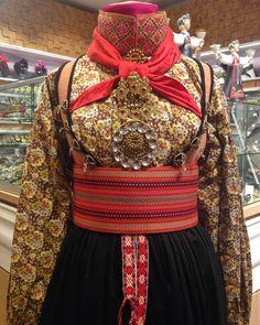 Vi har eit stort utval av tilbehøyr til bunader bl. Diy Clothing, Folk Clothing, Tribal Dress, Wedding Costumes, Folk Costume, Summer Outfits Women, Festival Wear, Traditional Dresses, Dance Wear