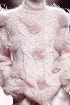 Juan Vidal Autumn 2015 RTW Madrid - Everything About Knitting Knitwear Fashion, Knit Fashion, Hand Knitting, Knitting Patterns, Fuchsia, Pale Pink, Fall 2015, Sweater Weather, Pulls