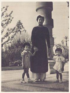 https://flic.kr/p/hk9r7Q | Nam Phương Hoàng hậu với Thái tử Bảo Long và công chúa Phương Liên dạo chơi trong công viên | Portraits des princes d'Annam (XXe s.) Bao Long (1936-...)
