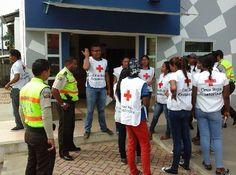 FOTOGRAFÍA CON TU #UNIDAD O #EQUIPO DESDE ECUADOR  Estas son las últimas imágenes de nuestro compañero @Luis A Jiménez, Esmeraldas, en #Ecuador. Podemos apreciar a este grupo de jóvenes de voluntario de Cruz Roja, en conjunto con Policía Nacional, en la campaña de difusión e información sobre el virus de...  http://www.ambulanciasyemergencias.co.vu/2015/09/equipo21.html