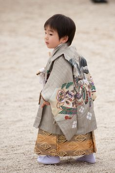 """No Shoes, at temple for the shichi go san, or """"7 5 3"""" festival, Kyoto, Japan, 2008, photograph by Jeffrey Friedl."""