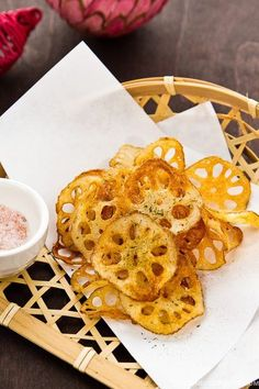 Crispy Lotus Root Chips (Renkon Chips) fried to perfection and sprinkled with Himalayan pink salt and Japanese aonori seaweed powder. Japanese Appetizers, Japanese Snacks, Asian Appetizers, Asian Snacks, Easy Japanese Recipes, Asian Recipes, Vietnamese Recipes, Chinese Recipes, Mexican Recipes