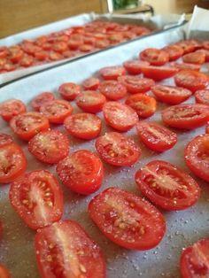 プチトマトを洗い、半分に切ります