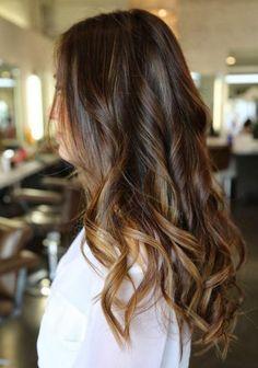 balayage-caramel-cheveux-châtain-bouclés-reflets-blonds