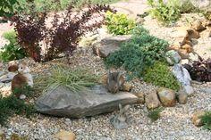 niedliche Hasenfiguren zwischen den Steinen