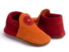 Soft, natural moccasins for infants and newborns. While barefoot is ideal, these are a great first shoe option for young ones. Minimalist shoes for kids are so important! Wide Width Shoes, Wide Shoes, Shoes 2015, Simple Shoes, Minimalist Shoes, Baby Moccasins, Young Ones, Baby Shoes, Baby Booties