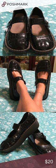 🌹ladies Black patent leather look nurses shoes🌹 excellent condition for all you nurses out there black patent leather look nursing shoes or slides for those of us who are nurses Velcro closure very comfortable to wear very minimal use. See pictures for more detail and if you have any questions please don't has to take to ask I do except offers thanks for looking and happy poshing unknown Shoes Mules & Clogs