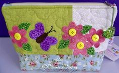 Necessaire em patchwork com aplicação em ponto caseado, feita em tecido 100% algodão. <br>Altura 16 cm <br>Comprimento 24 cm