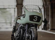 このバイク、ベースなんだと思います?? はい、あなた。正解! そう、これはYAMAHA XJR1300なんです。 と、いうことは??? はい、お嬢さん。大正解! そう、これもYAMAHAのカスタムプロジェクト、Yard-Builtの参加車両の一つなんです。 オランダのビルダー NUMBNUT MOTORCYCLESのこの傑作は、Botafogo Nというペットネームがつけられています。 ボタ(Bota)はポルトガル語で「長靴」 フォゴ(Fogo)は「かまど」もしくは「火」という意味です。 組み合わすと「長靴で火を消すときの仕草」という意味になります。ダンス用語らしいですよ。 なかなかに洒落た、優雅なネーミングですよね。 ヌメッとしたカラーリングが女性的なこの一台。どうです?欲しくなるでしょ?? Botafogo N www.numbnutmotorcycles.com なめたくなるよ...