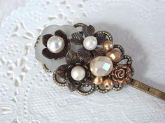 乳白色の半透明フラワーボタンのアンティーク風ヘアピン Creema Handmade Crafts Hairpin Flower Button Accessory ハンドメイド アクセサリー クラフト