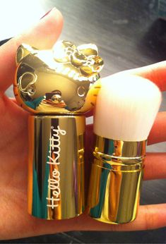Hello Kitty Makeup Brush. golden I HaVE TO HAVE THIS!!! #kawaii