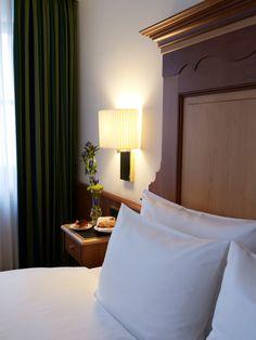 Ein Blick auf den Nachttisch - Frühstück kann man sich auch aufs Zimmer bestellen. Bed Pillows, Pillow Cases, Home, Nightstand, Pillows, Ad Home, Homes, Haus, Houses