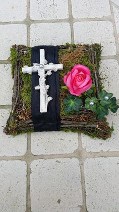 Pflanzschalen - Trauerfloristik, Grabgesteck, Grabaufleger, Rosen - ein Designerstück von Die-Deko-Idee bei DaWanda Cemetery Decorations, Ring Pillow, Spring Home Decor, Funeral Flowers, Wedding Stage, Art Floral, Ikebana, Flower Decorations, Floral Arrangements