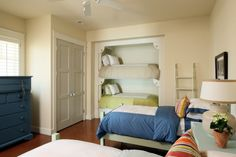 Turn the closet in the guest room into additional sleeping space by adding bunk beds .... hmmm, pretty good idea, I must say.