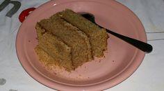 Bolo de massa de farinha de trigo integral, com recheio de castanha de cajú e cobertura de amendoim.